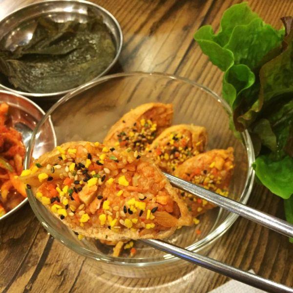 마무리로 초밥세트 속 후레이크를 위에 뿌려주면 완성입니다.